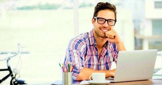 Triunfador delante de su ordenador explicando cómo ser exitoso en la vida y en lo profesional
