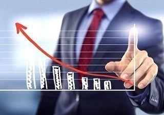 Hombre exitoso frente a un gráfico ascendente