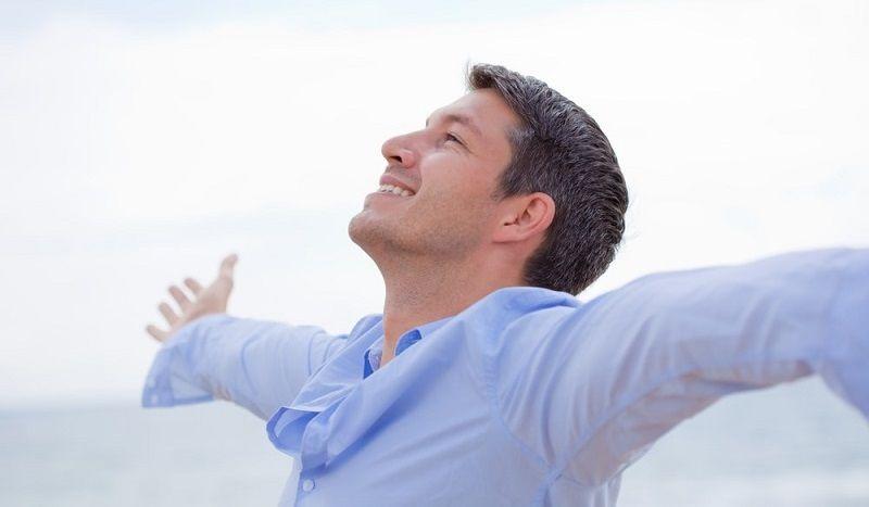 Persona contenfa y que ha encontrado la felicidad