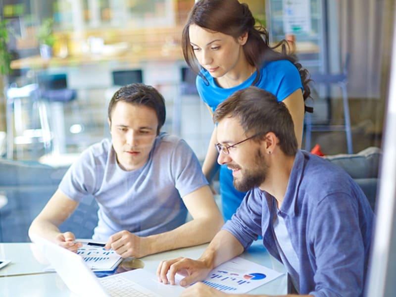Grupo de personas aprendiendo juntas y con disciplina