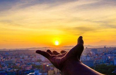 atardecer sobre una mano como idea de como cambiar tu vida para vivir una vida que merezca la pena ser contada