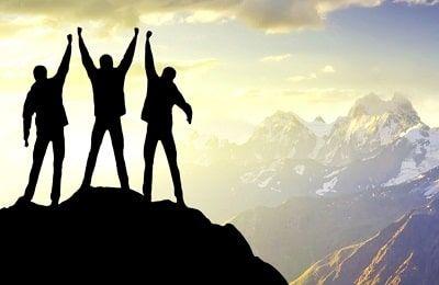 Personas que han llegado a la cima de una montaña como simil de lo que es ser exitoso en la vida