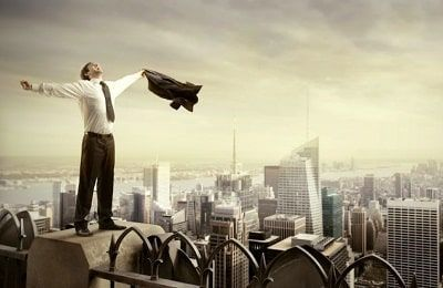 hombre en traje con los brazos extendidos y alegre por conseguir el éxito profesional
