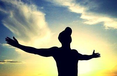 hombremirando al cielo con expresión de motivación en su figura
