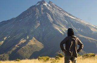 hombre delante de una montaña que representa el éxito