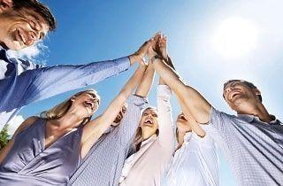 grupo de personas celebrando con los brazos en alto que han conseguido el exito en la vida