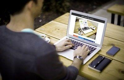 Hombre ganando dinero por internet desde su ordenador