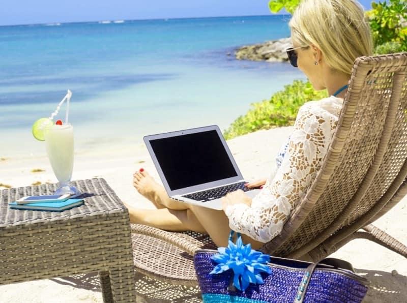 mujer que puede trabajar desde casa o desde donde quiera con un ordenador con el que gana dinero