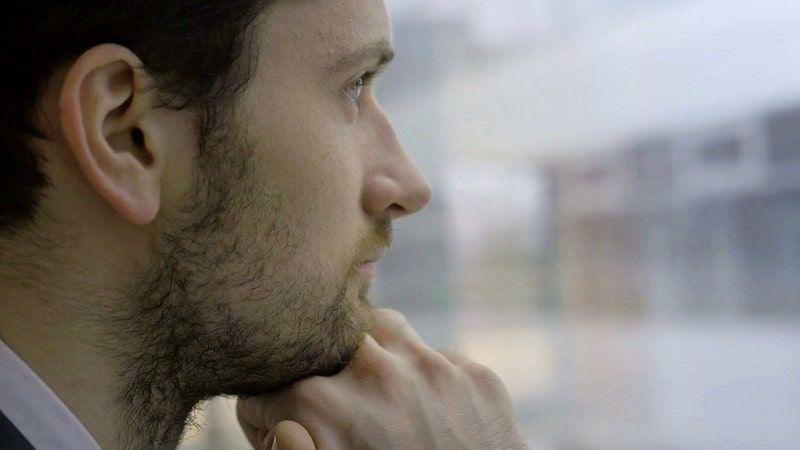 HOmbre pensando en el sentido de la vida