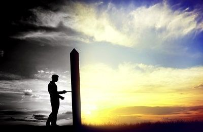 Hombre en una puerta buscando una vida con proposito. A un lado color gris, al otro color