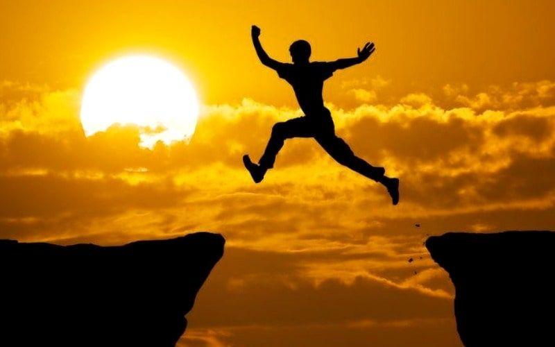 persona saltando de un pico a otro como simil de hombre que supera sus miedos
