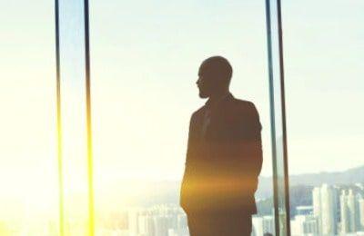 Persona mirando a través de una ventana sin atreverse a dar el primer paso