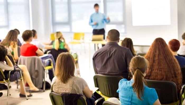 clase de alumnos recibiendo un curso sobre educacion financiera presencial