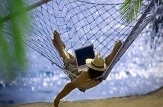 Persona disfrutando en una playa sin preocupaciones