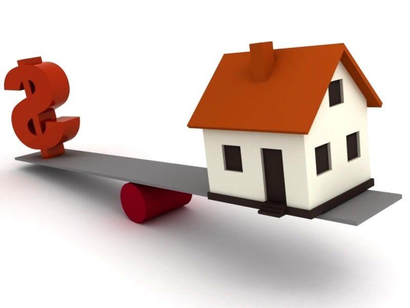Palanca en la que en un extremo hay dolares y en el otro una vivienda