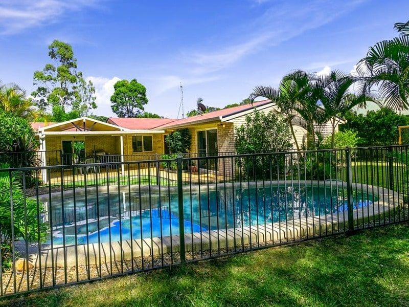 mansión de lujo con piscina como ejemplo del patrimonio acumulado por una persona inteligente financieramente