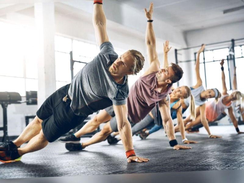 Grupo de personas entrenando con gran motivación personal para mejorar su estado físico