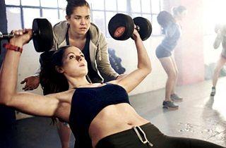Mujer levantando pesas en un momento de gran motivación